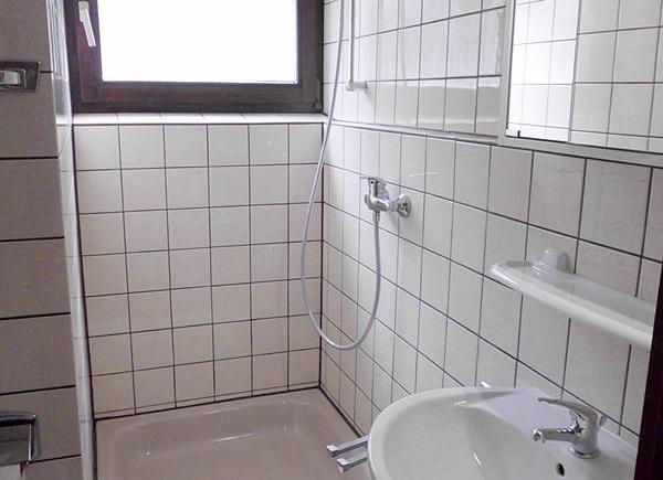TL-Bad mit Dusche, Waschbecken, Spiegelschrank